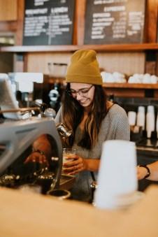 Eine Barista bereitet einen Espresso in einem Café zu