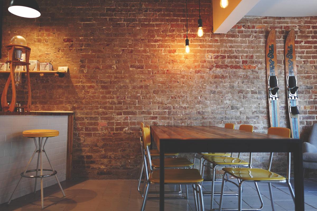 Ein Café mit einer Backsteinwand
