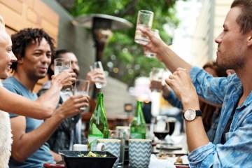 Eine Gruppe trinkt vergnügt Mineralwasser in einer Gastronomie
