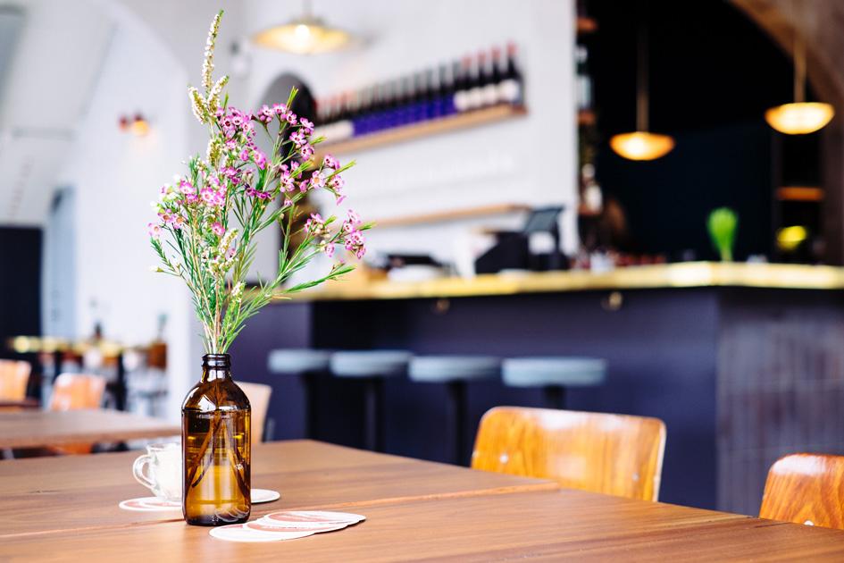 Tisch, Stuhl und Bar in einer Gastronomie