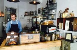 Barista hinter Tresen im Café The Espresso Bar