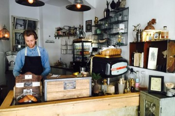 Barista hinter Tresen im Café The Espresso Bar