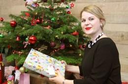 Sales-Managerin Linda vor dem Weihnachtsbaum
