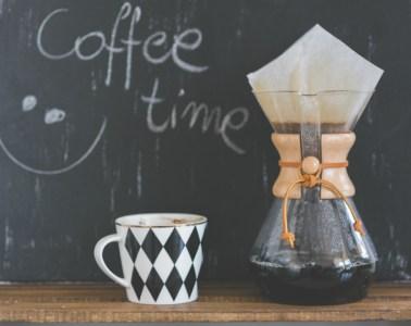 Filterkaffeekanne und Tasse mit Kreidetafel