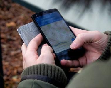 Nutzer benutzt Google Maps, um ein Restaurant in der Nähe zu finden.