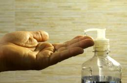 Benutzung eines Desinfektionsmittels für die Hygiene in der Gastronomie