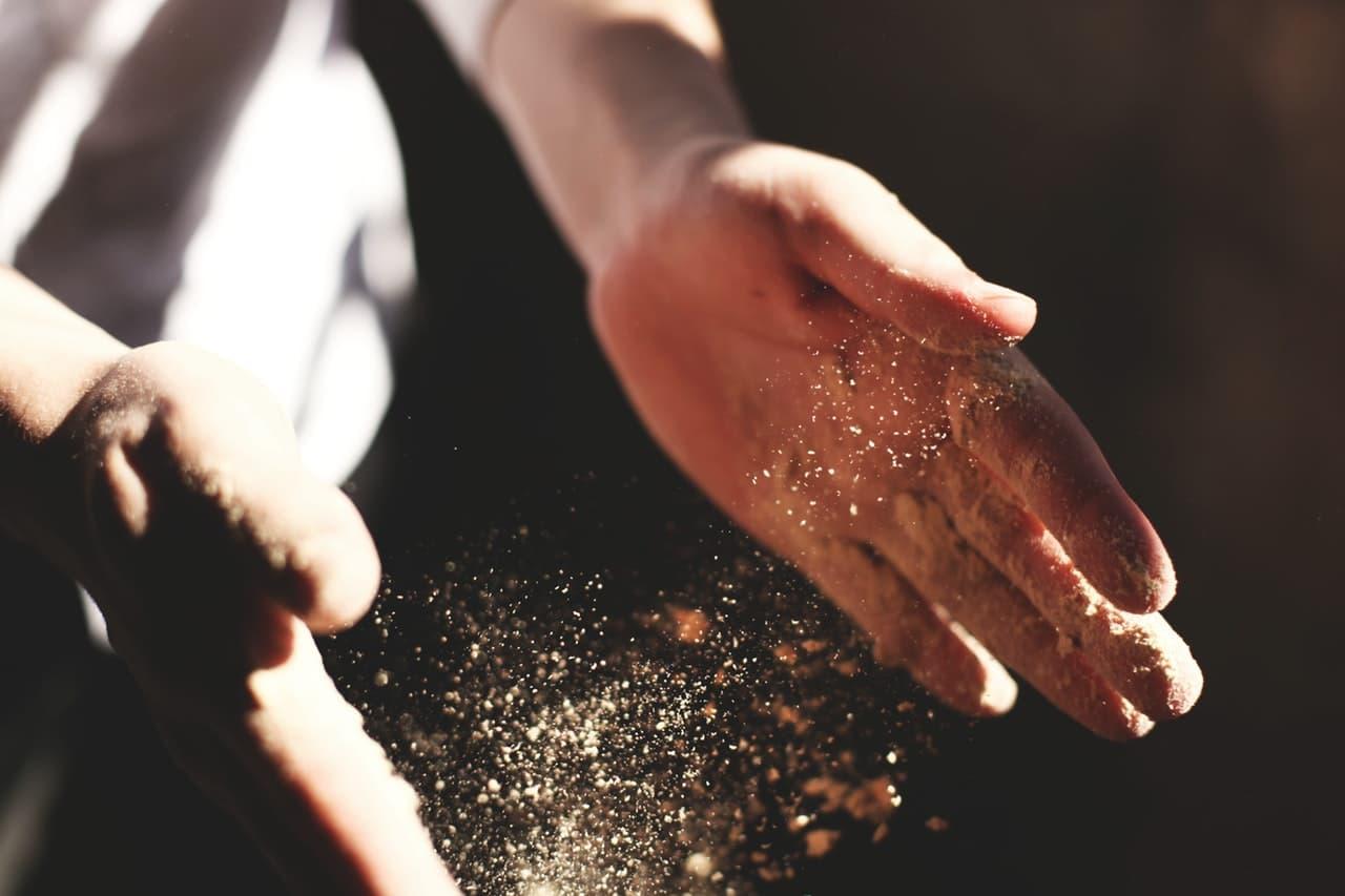 Hände mit Schmutz und Dreck