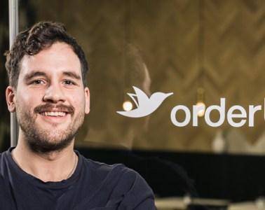 orderbird-Mitarbeiter-Portrait von Robin vorm orderbird-Café