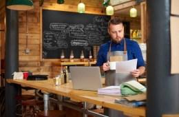 Ein Gastronom sortiert seine Unterlagen für das Finanzamt