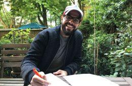 Der Gastro-Gründer Hussein unterschreibt glücklich den Mietvertrag für seine Gastronomie-Immobilie
