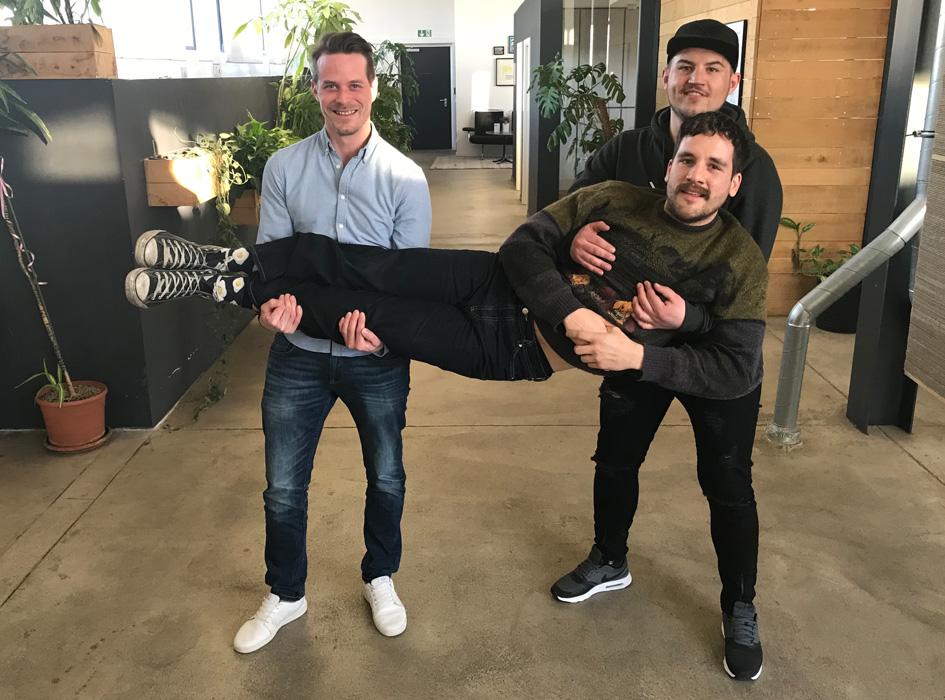 Im Office von orderbird wird Robin von den Kollegen Ralph und Yannick auf Händen getragen