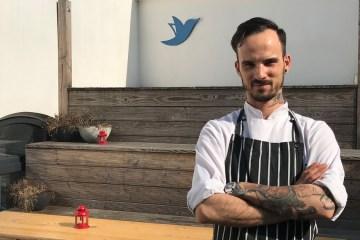Sebastian, der Küchenchef von orderbird, steht auf der Dachterrasse
