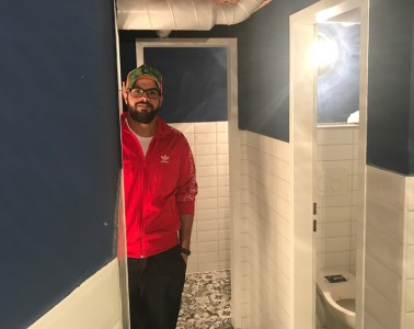 Der Gastronomie-Gründer Hussein in den frisch sanierten Toiletten seines Cafés
