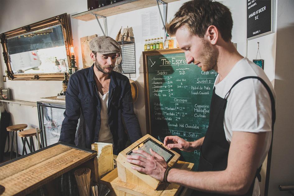 Ein Tablet-Kassensystem steht in einem modernen Kassenständer aus Haus an der Bar von The Espresso Bar