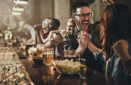 Fusballfans feiern während der WM 2018 in einer Gastronomie