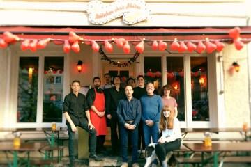 Das Team des orderbird-Kunden Mädchen ohne Abitur steht vorm Restaurant