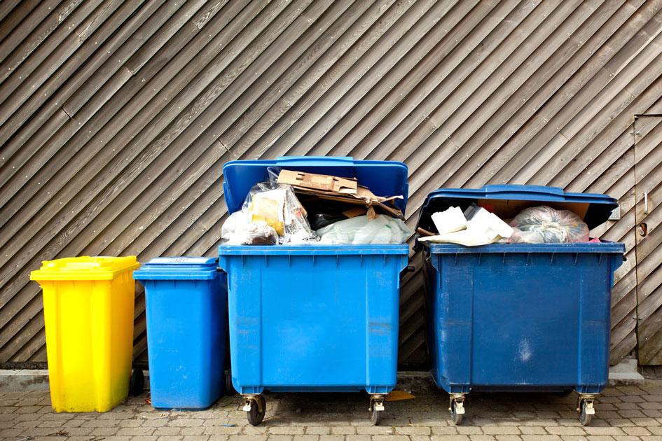 Volle Mülltonne vor einer Gastronomie