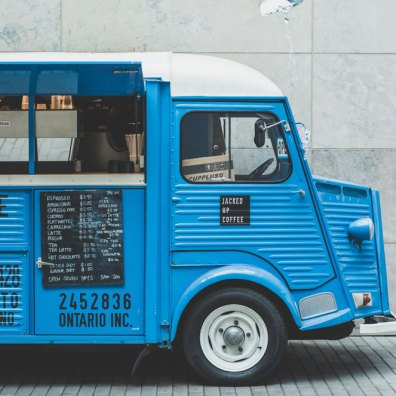 Un food truck bleu avec du café