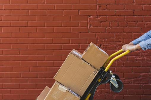 Un fournisseur transporte des caisses en vrac