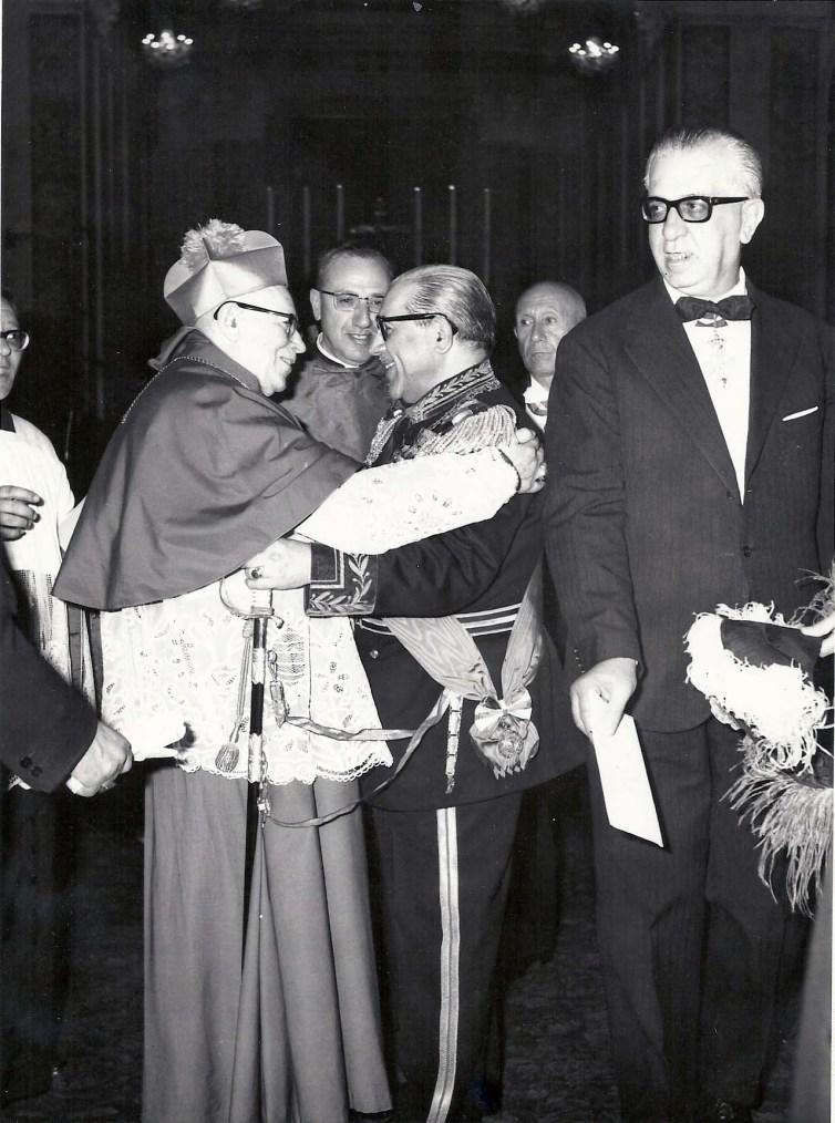 un abbraccio tra il Gran Maestro ed un Priore dellordine di s. brigida