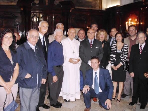 Gruppo di Cavalieri e Dame con l'Arcivescovo nella Chiesa di S. Brigida