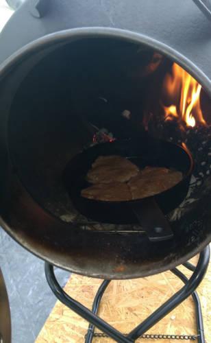 薪ストーブ内で料理