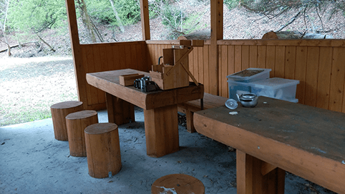 二軒屋キャンプ場東屋テーブル