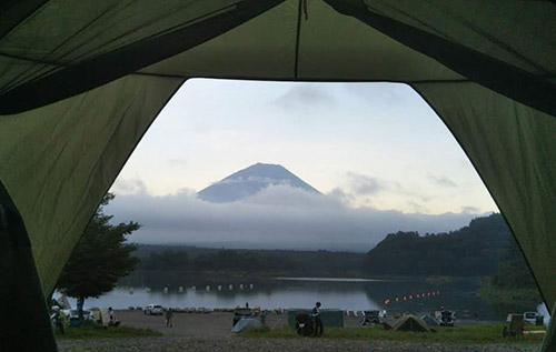 テント内からの精進湖富士