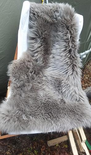 毛皮を椅子にセット