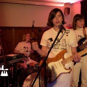 Girl Ray im Aalhaus: Große Gesten auf enger Bühne
