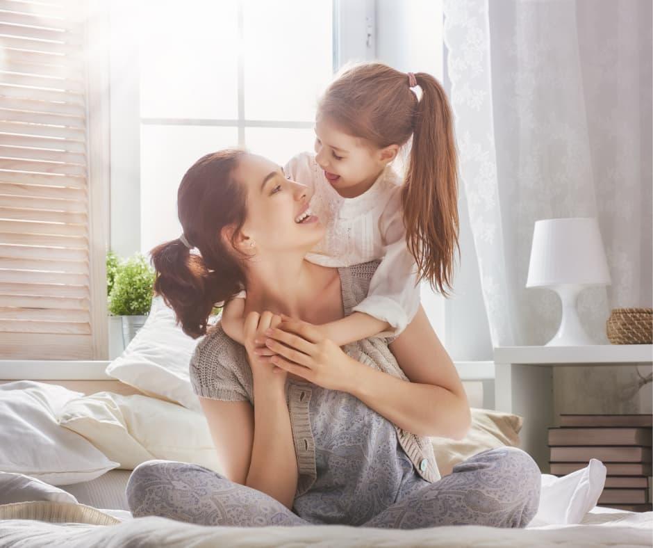Мать и дочь в спальне