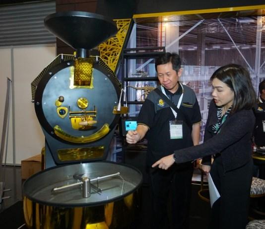 Ir. Hie Tek Un, MBA, President Director Tata Rapika Globalindo saat menjelaskan teknis dan keunggulan produk (Coffee Roaster) yang merupakan karya anak Indonesia dari Tata Rapika Globalindo di Manufacturing Surabaya 2019