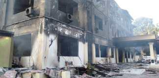 Gedung Majelis Rakyat Papua Provinsi Papua Barat yang dibakar massa aksi, pada 19 Agustus 2019. Aksi itu, buntut dari ungkapan rasis yang dikeluarkan oknum warga di Surabaya beberapa waktu lalu terhhadap warga Papua. Foto: www.orideknews.com