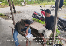 Mahasiswa PKL II Pendampingan Pembangunan Pertanian Polbangtan Manokwari, Frendi Oksa Putra bersama petani di Kampung Moyang.