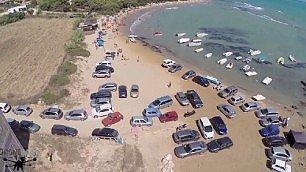 Auto private sulla spiaggia delle Pergole, a Realmonte in provincia di Agrigento (Repubblica TV)