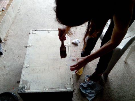 Etaler le décapant Gel OriginalGreenSpirit sur toute la surface de la caisse en bois à Décaper
