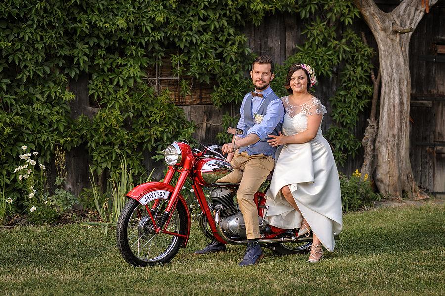 Vintage svatba s venkovským obřadem