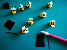 Bee decorations made from moulded fondant and rice paper