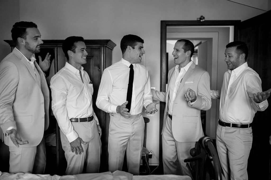 The groom have fun with groomsmen