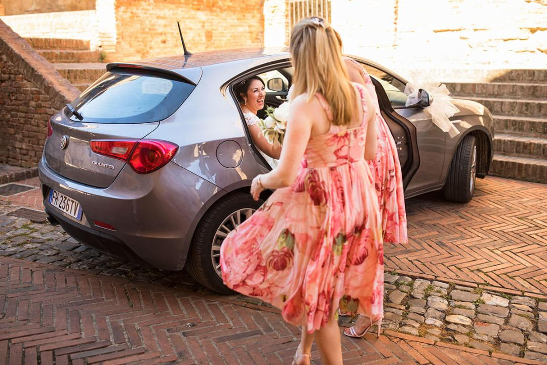 The bride arrives to the location of the ceremony