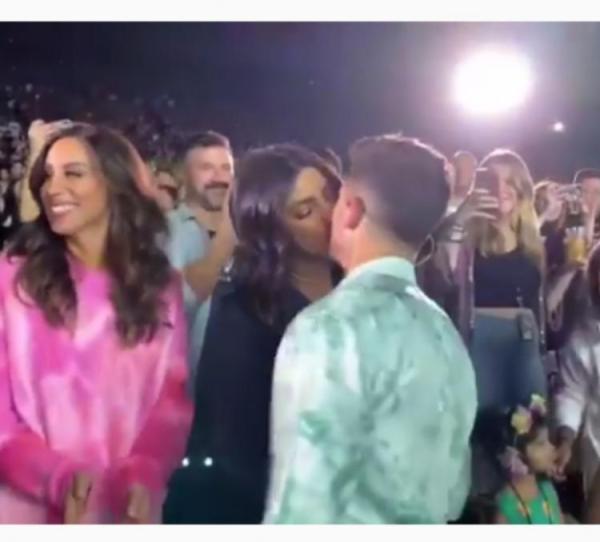 Priyanka kissed Nick during concert; video goes viral - OrissaPOST