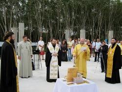 พระสังฆราช ฮีลารีโอน จากจังหวัด โวโลโกลัม แห่งสังฆมณทลกรุงมอสโคว์ประเทศรัสเซียประกอบพิธีการเจิมวางศิลาฤษกษ์การก่อสร้าง (21.12.2009)