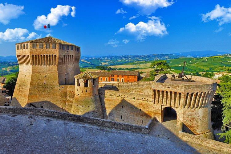 Vista della torre medievale del castello di Mondavio