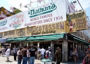 ホットドック早食い選手権で有名なコニーアイランドの「ネイサンズ・フェイマス」