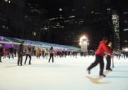 ブライアントパークのウインタービレッジでスケート