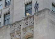 ビルの屋上に立つ31体の彫刻「Event Horizon」