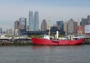 ハドソン川に浮かぶ人気ビアガーデン「Pier 66 Maritime」