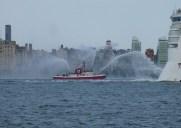 消防艇に乗って海の上から豪華客船を見送ろう