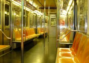 全く役に立たない!ニューヨークの地下鉄でイスに座る方法を紹介する動画が話題に