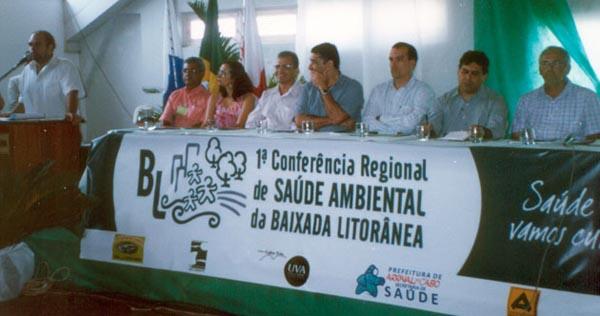 A mesa de abertura da Conferência, com o prefeito de Arrail do Cabo, Andinho, o presidente do INEA, Luiz Firmino, o secretário de saúde de Araruama, Dr. Marcelo Amaral, entre outros. Foto: Dulce Tupy.